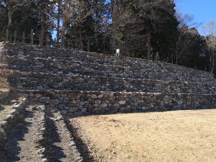 復元された石積みの土塁