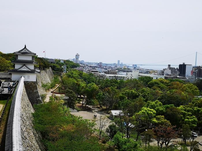 坤櫓から見た巽櫓と明石海峡