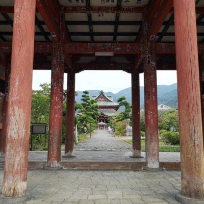 山門から見た金堂