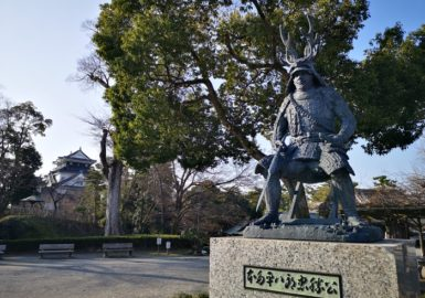 岡崎城と本多忠勝像