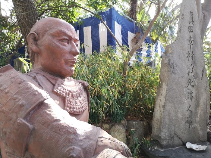 近くから見た真田幸村銅像