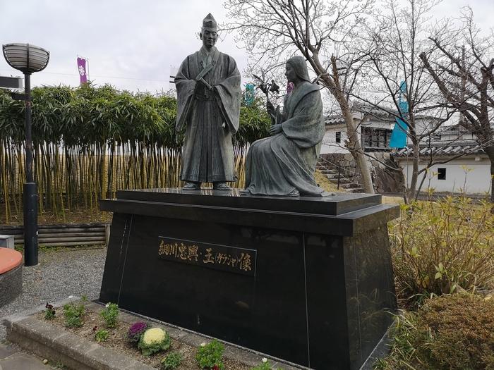 細川忠興と明智玉の像