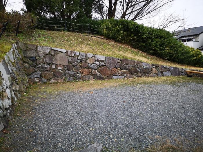 野面積み石垣(下半分が当時のもの)